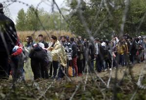 Sem perspectiva. Grupo de migrantes em fila na fronteira entre a Croácia e a Hungria. Defendida pelo governo, rejeição a imigrantes deve prevalecer na consulta deste domingo Foto: Petr David Josek / AP/26-09-2016