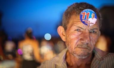 O aposentado Francisco Alves usa um adesivo colado à testa Foto: Marcos alves