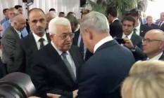 Netanyahu cumprimenta Abbas antes do enterro de Shimon Peres em Jerusalém Foto: AP
