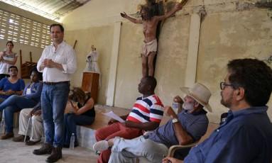 Negociador do governo da Colômbia Sergio Jaramillo (à esq.) fala próximo ao líder das Farc Ivan Márquez na pequena igreja da província de Bojayá, na Colômbia, alvo de massacre em 2002 Foto: HANDOUT / REUTERS