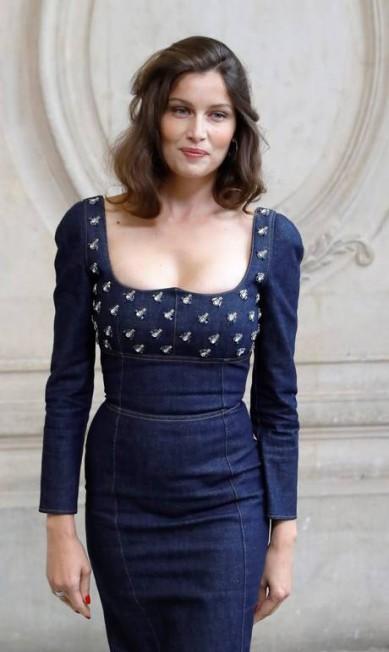 A modelo Laetitia Casta investiu num look total jeans PATRICK KOVARIK / AFP