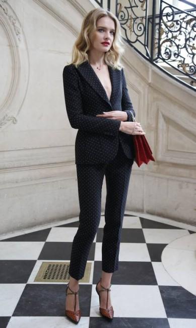 Natalia Vodianova apostou num conjuntinho de poá com decote caprichado Thibault Camus / AP