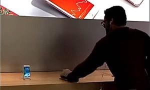 Homem destruiu vários aparelhos em loja da Apple na França Foto: Reprodução / Youtube