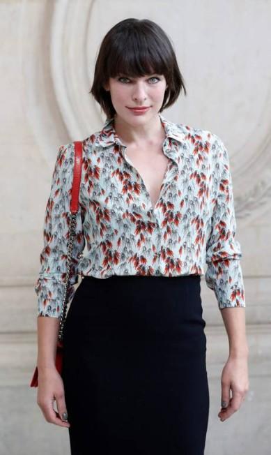 A atriz americana Milla Jovovich investiu no look clássico PATRICK KOVARIK / AFP