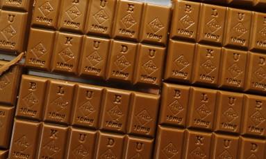 Barras de chocolate da marca BlueKudu já estampam o símbolo que indica a presença de maconha no produto, nova determinação do estado do Colorado Foto: David Zalubowski / AP