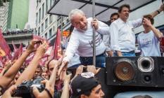 Lula cumprimenta simpatizantes ao lado de Haddad no centro de São Paulo. Foto Bruno Santos / Agênncia O Globo Foto: Bruno Santos / Agência O Globo