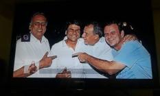 A imagem adultera, sem a presença do ex-presidente Lula entre Pedro Paulo, atual candidato à prefeitura do Rio, e o ex-governador Sérgio Cabral Foto: Reprodução