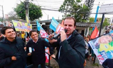 Ao lado do prefeito Eduardo Paes (PMDB), Pedro Paulo participou de carreata em Santa Cruz, e disse que a proximidade com seu padrinho político é positiva para a campanha Foto: Tata Barreto/Divulgação