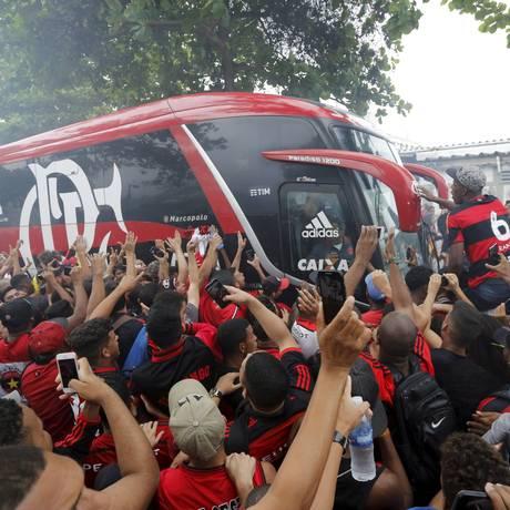 Torcida do Flamengo fez recepção calorosa ao time antes do embarque para São Paulo Foto: Domingos Peixoto / Agência O Globo