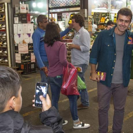 Reta final. Freixo fez campanha na Cadeg, na hora do almoço desta sexta-feira Foto: ANTONIO SCORZA / Antonio Scorza