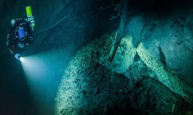 Mergulhador explora gruta conhecida como Hranicka Propast Foto: Krzysztof Starnawski/ AP