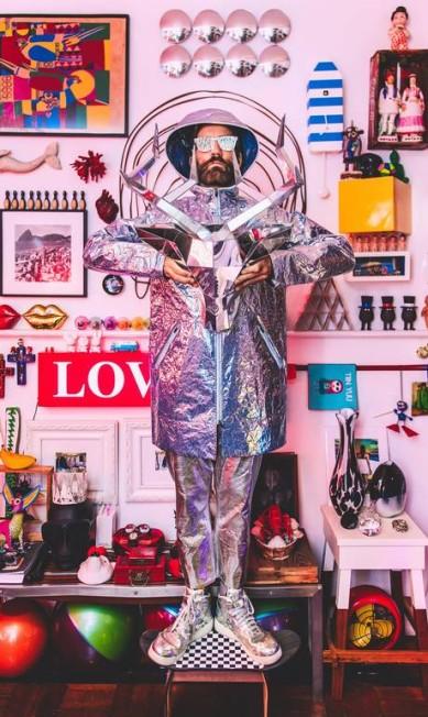 """Felipe Veloso em sessão de fotos """"Acumuladores"""" feita em sua casa com os objetos que coleciona Fernando Schlaepfer"""