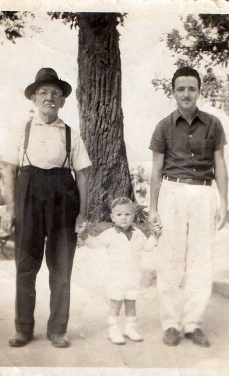 O candidato Marcelo Crivella (PRB), no centro, acompanhado do avô e o pai Foto: Divulgação / álbum de família