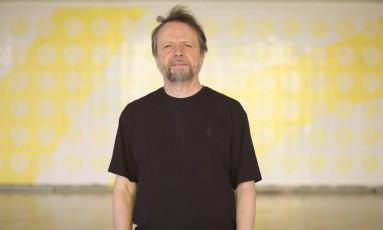 O escritor Cristovão Tezza no Museu Oscar Niemeyer (MON), em Curitiba. Foto: Guilherme Pupo/Divulgação