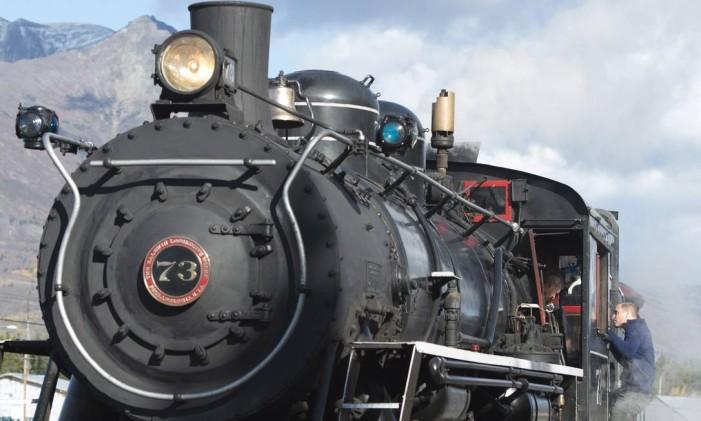 Príncipe William sobe em uma locomotiva a vapor em Carcross, Yukon Foto: Jonathan Hayward / The Canadian Press via AP