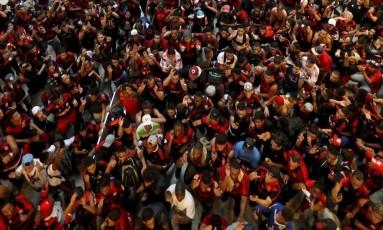Torcedores do Flamengo acompanham embarque para São Paulo no aeroporto Santos Dumont Foto: Domingos Peixoto