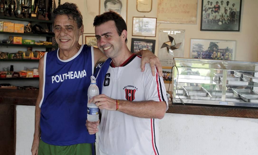 Marcelo Freixo após jogo de futebol com Chico Buarque, hoje seu cabo eleitoral Foto: Marcelo Theobald / Agência O Globo