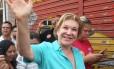 Marta Suplicy acena durante caminhada pela Zona Norte de São Paulo: candidata do PMDB apresentou queda nas pesquisas de intenções de voto na última semana de campanha