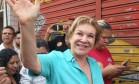 Marta Suplicy acena durante caminhada pela Zona Norte de São Paulo: candidata do PMDB apresentou queda nas pesquisas de intenções de voto na última semana de campanha Foto: Divulgação