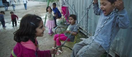 Crianças brincam em balanço em campo de refugiados na Grécia Foto: Mstyslav Chernov / AP