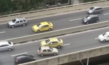 Carros voltam na contramão no Elevado Paulo de Frontin Foto: Reprodução