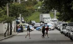 Pedestres correm na Rua Itapiru durante tiroteio Foto: Gabriel de Paiva / Agência O Globo