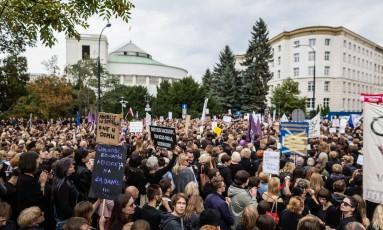 Vestidos de preto, milhares de poloneses protestaram contra projeto que limita o aborto Foto: WOJTEK RADWANSKI / AFP