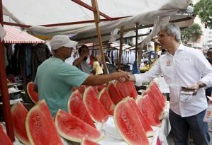 Alessandro Molon em feira no Centro do Rio Foto: Pablo Jacob / Agência O Globo
