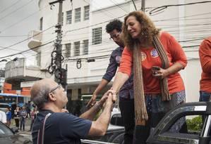 Candidata à prefeitura do Rio, Jandira Feghali (PCdoB) fez carreata na Praça Seca neste sábado Foto: Hermes de Paula / Agência O Globo.