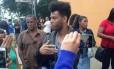 Rene Silva após prestar depoimento na 45DP (Alemão) Foto: Jornal 'Voz da Comunidade'/Reprodução do Facebook