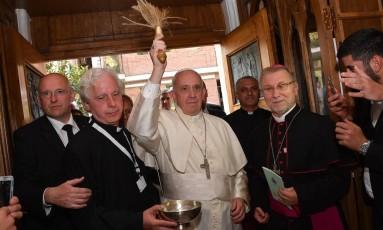Papa Francisco em benção durante encontro com sacerdotes e seminaristas em na Georgia Foto: Luca Zennaro / AP