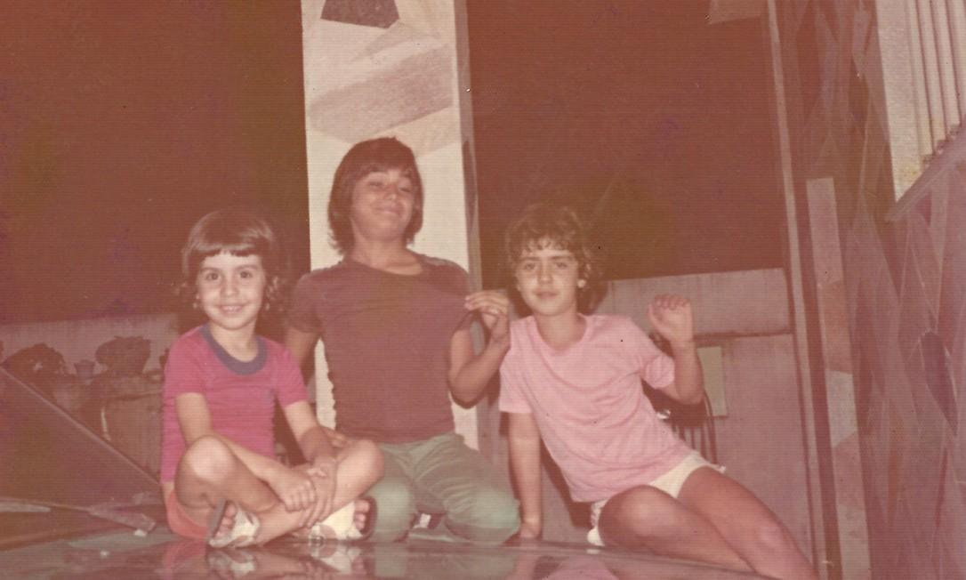 De camisa rosa, Freixo com o irmão Renato (de vermelho) e o primo Luiz (no meio) Foto: Arquivo pessoal