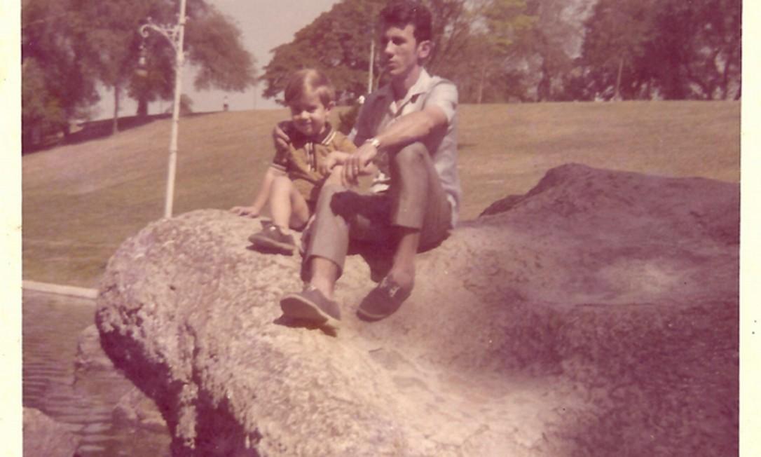 Numa das mais antigas imagens, com o pai, Aroudo Foto: Arquivo pessoal