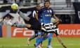 Bruno Silva tenta de voleio na vitória do Botafogo sobre o Corinthians Foto: Rafael Moraes / Agência O Globo