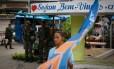 Apoio na Baixada: cabo eleitoral passa diante de militares a postos na praça central de Cabuçu, em Nova Iguaçu