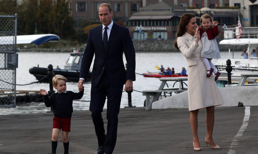 Kate Middleton estavam bem-vestida e animada; o príncipe William também. Mas foram os príncipes George e Charlotte que roubaram a cena despedida da viagem real ao Canadá, neste sábado CHAD HIPOLITO / AP