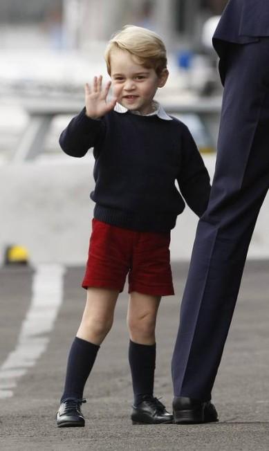 Em outro momento, George acenou para o público CHAD HIPOLITO / AP