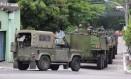 Tropas do Exército patrulham ruas de Caxias durante o primeiro turno Foto: Fabiano Rocha / Agência O Globo