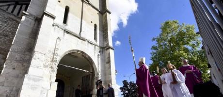 O arcebispo de Rouen, Dominique Lebrun, liderou procissão em memória do padre Jacques Hamel Foto: STEVE BONET / REUTERS