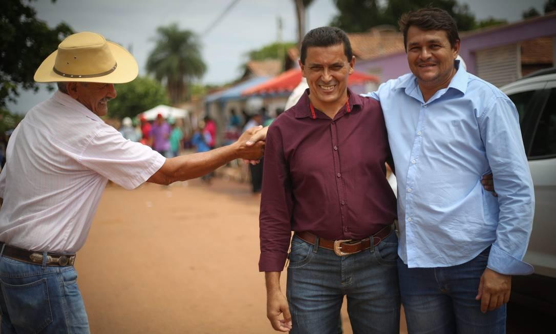 Divino, de azul, abraça eleitor. Em Sucupira, eleição é disputada voto a voto. Foto: Marcos Alves / Agência O Globo