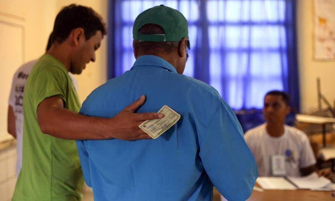 Eleitor com deficiência visual chega para votar. Foto: Marcos Alves / Agência O Globo