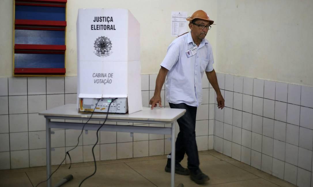 Eleitores de Sucupira (TO), cidade do seriado O Bem Amado votam na escola estadual Olavo Bilac. Foto: Marcos Alves / Agência O Globo
