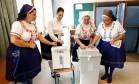 Mulheres trajando roupas típicas votam no plebiscito deste domingo, na Hungria Foto: BERNADETT SZABO / REUTERS