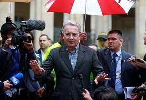 Uribe fala com a imprensa após votar Foto: JOHN VIZCAINO / REUTERS
