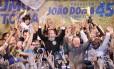 João Doria comemora a vitória ao chegar ao diretório do PSDB em SP