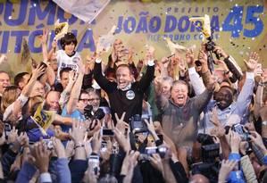 João Doria comemora a vitória ao chegar ao diretório do PSDB em SP Foto: Leonardo Benassatto / Leonardo Benassato/ Agência O Globo