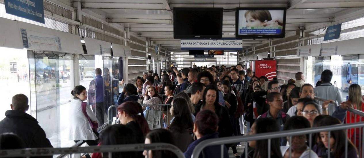 Conta que não fecha. Mato Alto: ônibus chegam já lotados à estação, e passageiros perdem tempo para embarcar Foto: Marcelo Carnaval