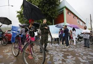 Escoltado por homens do Exército e das polícias Rodoviária Federal e Militar, o juiz Vitor Moreira Lima, foi pessoalmente às zonas eleitorais de Magé Foto: Agência O Globo / Pablo Jacob