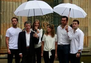 Presidente da Colômbia Juan Manuel Santos posa para uma foto com sua família depois de votar em um referendo sobre um acordo de paz entre o governo e as Farc, em Bogotá Foto: JOHN VIZCAINO / REUTERS