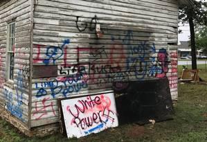 Vândalos escreveram mensagens racistas e desenharam suásticas na escola Foto: REPRODUÇÃO/FACEBOOK